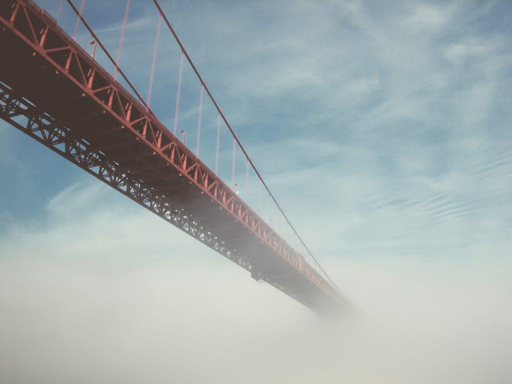 Ponte e neblina: ilusão do controle